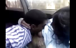 गाडी में 18 साल की चूत मारी