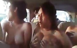 कार में लड़कियों ने अपने कपडे उतारे